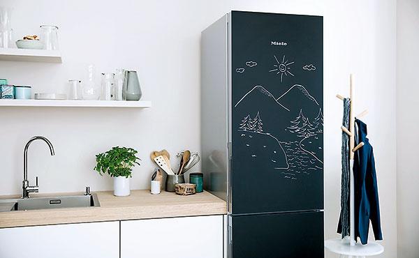 Popisovateľné povrchy sú trendom, ktorý neobišiel ani spotrebiče. Chladničky Miele z elegantnej edície Blackboard sú výnimočné povrchovou úpravou čelnej steny, na ktorú je možné písať klasickými i tekutými kriedami.