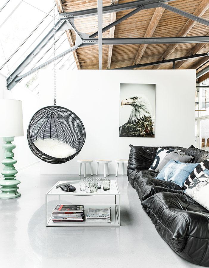 Výrazný prvok, napríklad v podobe zo stropu visiaceho kresla, vhodne doplní aj úplne obyčajnú sedačku. Veď hojdanie nie je len pre deti.