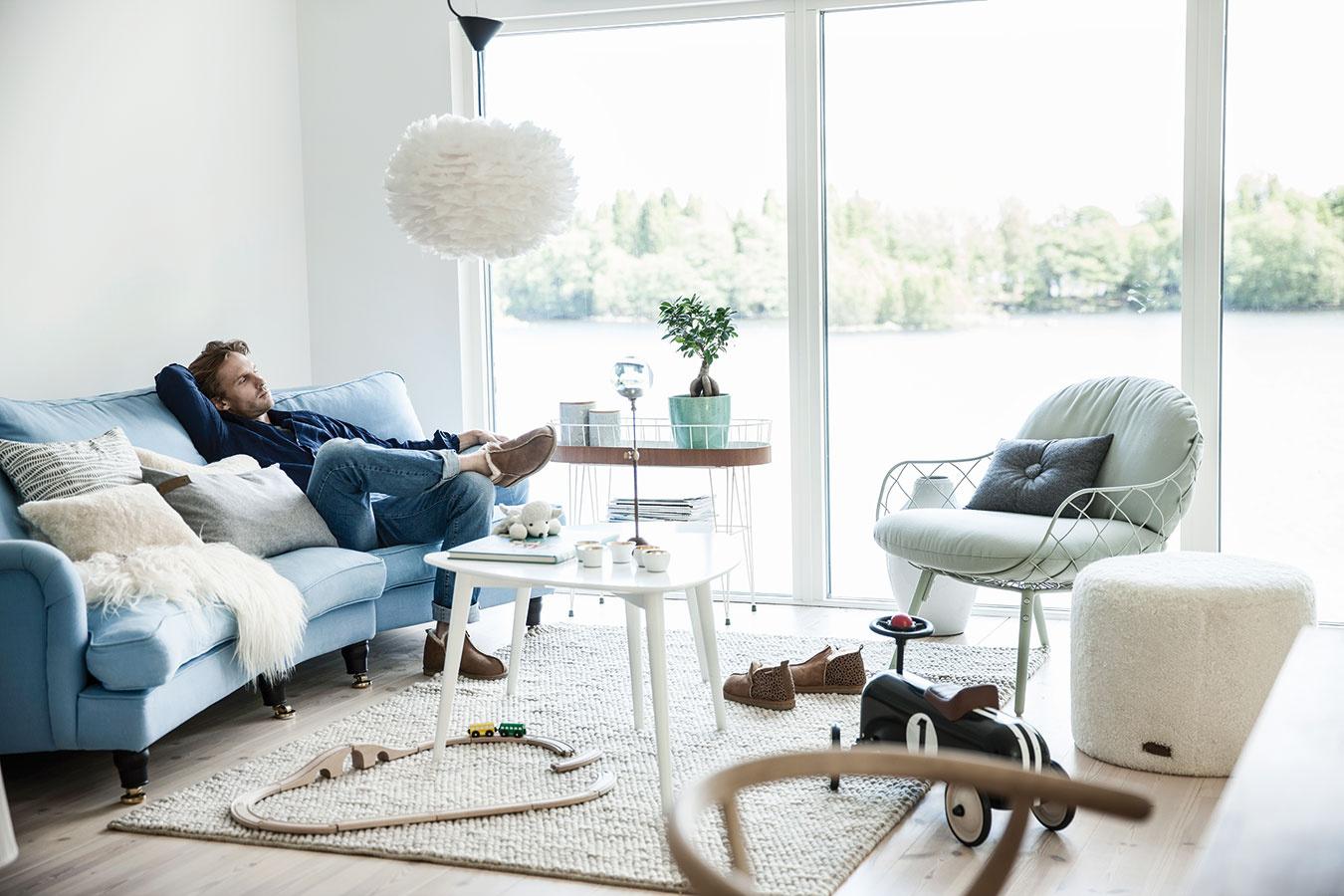 Kombinácia rôznych sedení je snáď najjednoduchšia cesta ku vkusnej obývačke. Namiesto fádnej zostavy sedačky a kresla z jednej série siahnite radšej po výraznejšom kúsku, ktorým oživíte praktickú a pohodlnú sofu.