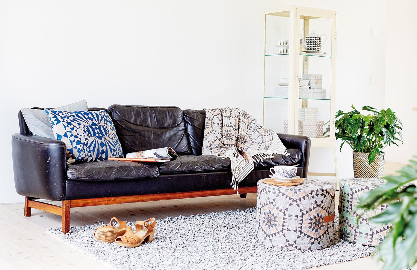"""Taburet v kombinácii s podnosom je voľbou tam, kde je cieľom útulný a hrejivý interiér. Výhodou takéhoto """"stolíka"""" sú aj pestrejšie farebné možnosti pri výbere textílií."""