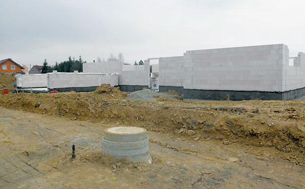1 Obvodové murivo tvoria vápennopieskové tehly od firmy Kalksandstein shrúbkou 175mm, sktorými majú projektanti zo spoločnosť ProjektyDomů.cz dobré skúsenosti.