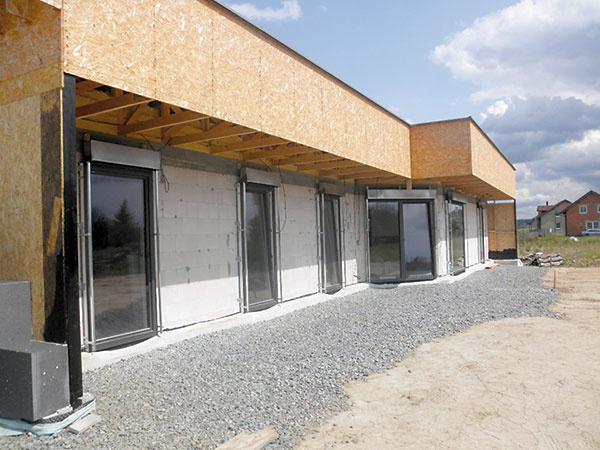 5 Dôležitú úlohu pri zabezpečení vzduchotesnosti obálky domu zohrávajú aj výplne otvorov. Vtomto prípade sa použili okná splastovo-hliníkovými profilmi aizolačnými trojsklami.