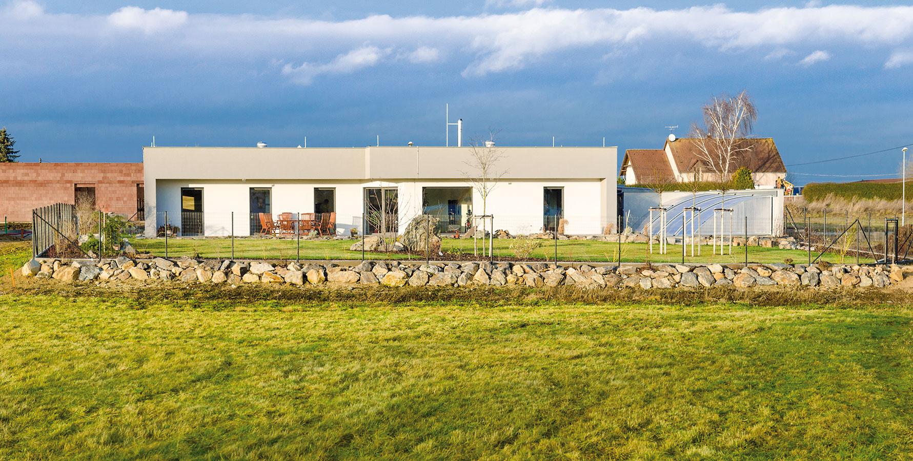 Pre nové bývanie na vidieku si manželia zvolili veľkorysý bungalov v pasívnom štandarde