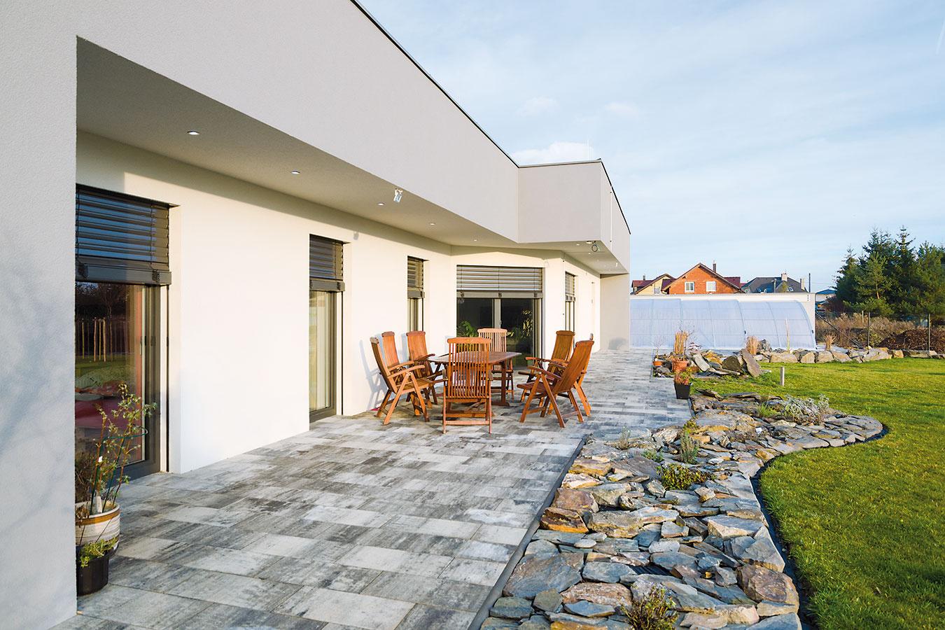 Zterasy majú členovia domácnosti výhľad na trávnik sokrasnou záhradou apriamy prístup kzastrešenému bazénu.