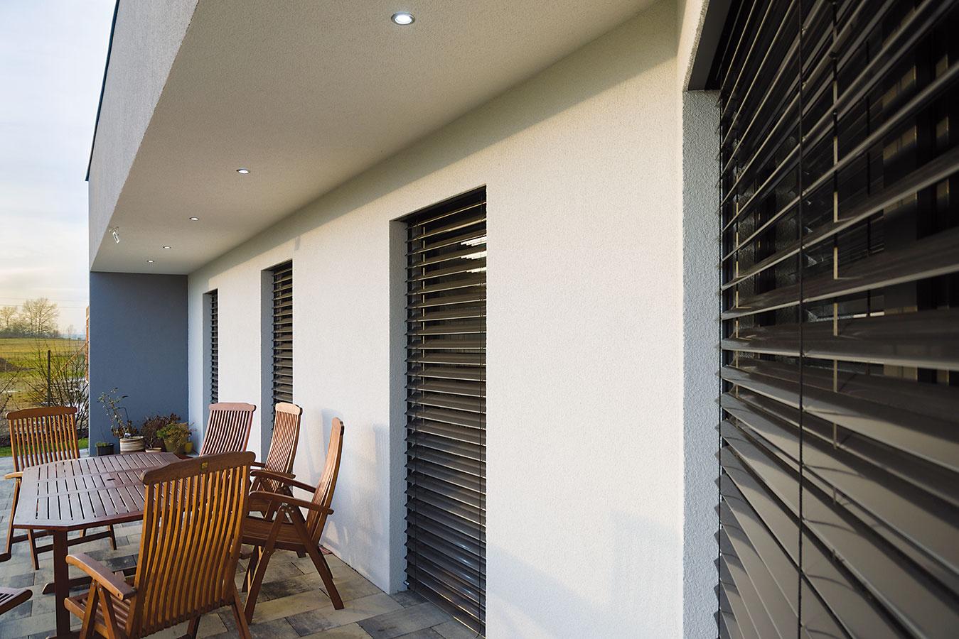 Exteriér domu vrátane terasy osvetľujú nenápadné, no výkonné LED-ky.