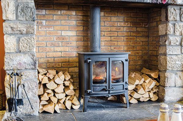 Na princíp jednoduchosti sa vyplatí pamätať aj pri inštaláciách a vykurovaní. Základom nekomplikovaného vykurovacieho systému môžu byť napríklad centrálne umiestnené kachle na drevo, akumulačný kozub a podobne.