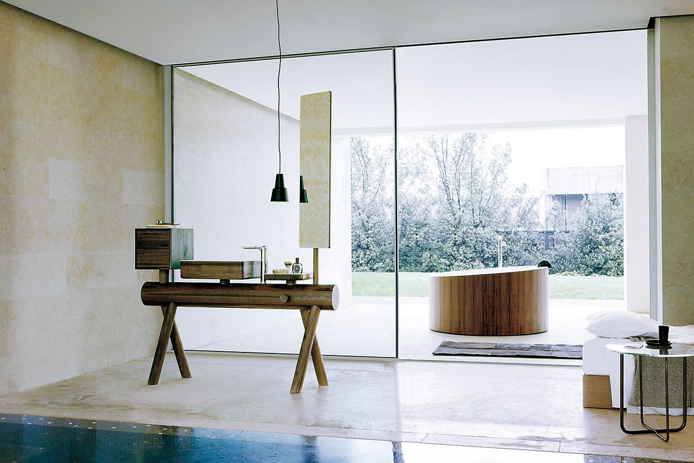 Originalita na prvom mieste. Vskutku originálnym klenotom sa môže stať atypický nábytkový modul sumývadlom zkolekcie Dressage od značky Graff, ktorý prepája masívne drevo aumelý kameň Corian®. Na výber máte tri rôzne druhy dreva – orech, dub awenge, vponuke nájdete aj samostatne stojacu okrúhlu vaňu.
