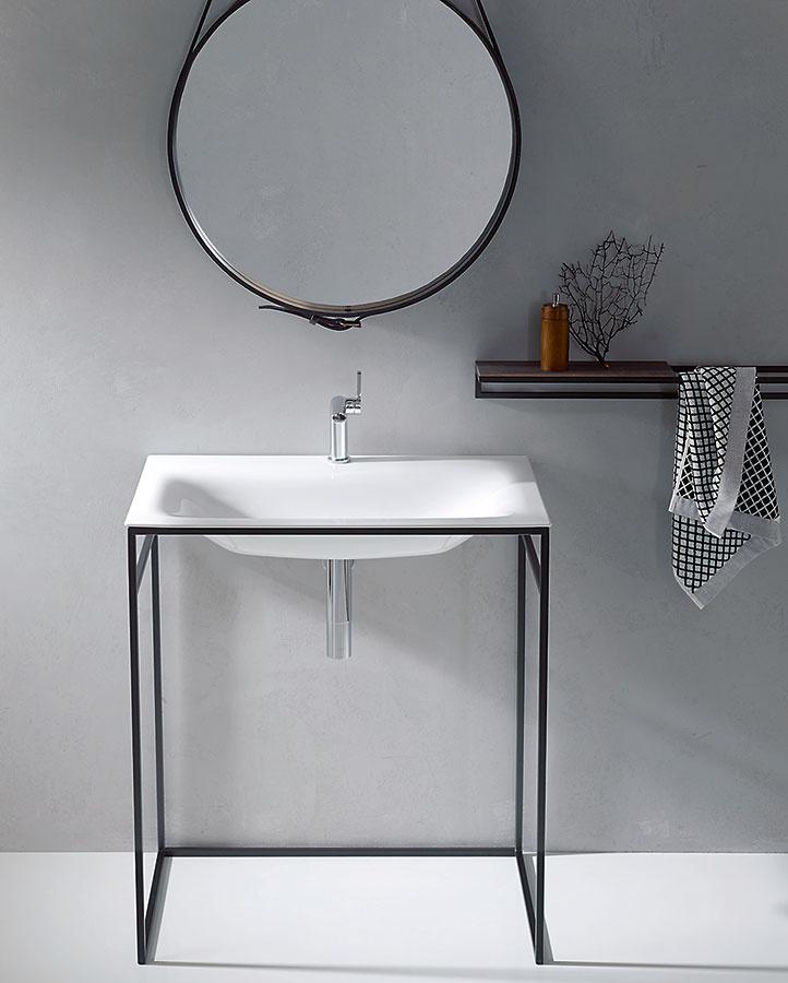 Vminimalistickom ráme. Samostatne stojace umývadlo alebo vaňa vsadená do oceľového rámu dodá kúpeľni absolútne nový rozmer. Takéto riešenie priestor opticky príliš nezahltí, no zaručene pritiahne pozornosť. Kolekcia BetteLux Shape od značky Bette umožňuje vybrať si až zo šiestich farieb rámov – obzvlášť pekne ukáže nesmrteľná čierno-biela kombinácia.