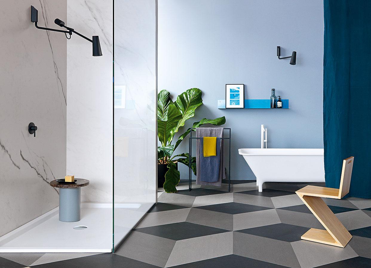 Šikovné mimikry. Hravá sprchová hlavica Closer od značky Zucchetti svojím tvarom verne imituje lampu. Vyznačuje sa vysokou flexibilitou – môžete si ju nastaviť presne podľa svojej aktuálnej potreby. Dá sa osadiť do rôznej výšky, vďaka čomu dobre poslúži aj ľuďom so zdravotným hendikepom.