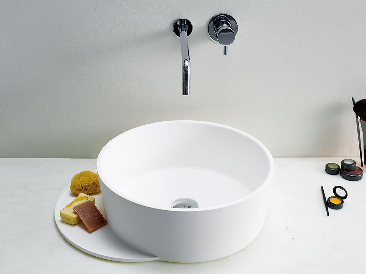 Funkčné obliny. Značka Ex.t pripravila vspolupráci sdizajnérom Sebastianom Herknerom originálnu kolekciu kúpeľňovej sanity adoplnkov Plateau. Jej nosným prvkom je vysunutý odkladací priestor (pult), ktorý je maximálne praktický aumývadlu alebo vani prepožičiava zaujímavý oblý tvar. Kolekcia bola oficiálne uvedená vrámci aprílovej milánskej výstavy Salone del Mobile 2016.