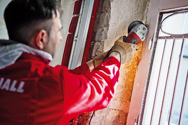 2 Demontáž starého okna. Niekedy je to možné bez poškodenia múrov aomietok, niekedy nie. Vzniknuté nerovnosti treba začistiť rýchlotvrdnúcou maltou aostenie vyrovnať. Dôležité je správne umiestnenie okna vhrúbke múra. Ak sa zároveň svýmenou okien zatepľuje, mení sa tepelná charakteristika ostenia, okno by malo byť umiestnené bližšie kvonkajšiemu lícu múra.