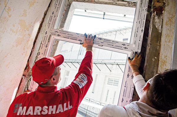 4 Vyrovnanie okna votvore. Keď je nové okno spolu srozširovacím profilom vložené do stavebného otvoru, treba ho vyrovnať vo všetkých osiach. Okno sa podloží drevenými podložkami alebo vzduchovými klinmi, ktoré uľahčia jeho vyrovnanie (množstvom vzduchu vo vzduchových klinoch sa dá regulovať poloha okna). Kliny sa umiestňujú aj po bokoch okna.
