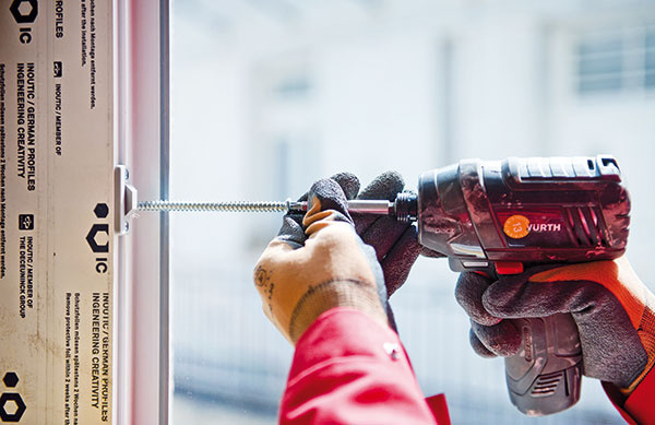 6 Upevnenie okna kstene. Jednou zmožností sú kotviace skrutky, ktoré sa vŕtajú cez rám do ostenia. Niektoré profily možno prevŕtať mimo komory skovovou výstužou, čo znižuje riziko jej korózie. Pri upevnení sa musí zaistiť dostatočná teplotná dilatácia rámu, najmä pri tmavých profiloch. Pozor na prílišné utiahnutie, rám by sa mohol zdeformovať.