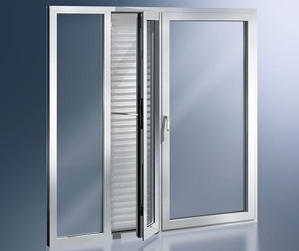 Hliníkové okná majú elegantný, moderný vzhľad amimoriadne statické vlastnosti, vďaka čomu zvládnu aj veľkorozmerné zasklenia. Okenný systém Schüco AWS 112 IC je vosvetovom meradle prvým hliníkovým oknom, ktoré zodpovedá prísnym kritériám pasívneho domu (hodnota Uf
