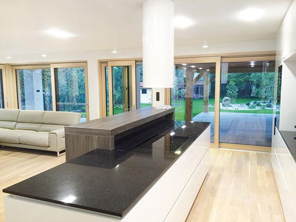 Drevo-hliníkové okná vsebe spájajú výhody oboch materiálov. Hliníkový profil zabezpečuje vynikajúcu odolnosť okna proti poveternostným vplyvom amechanickému poškodeniu, navyše má minimálne nároky na údržbu. Drevo plní nosnú funkciu okna, zabezpečuje tepelnotechnické parametre aesteticky dotvára interiér.