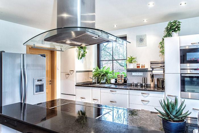 Do interiéru si majitelia vybrali leštený taliansky mramor, kov, sklo a nábytok prevažne v odtieňoch bielej, čiernej a sivej. V celom dome sú nainštalované stmievače svetelných okruhov, vďaka ktorým sa dá dobre meniť a dolaďovať atmosféra jednotlivých miestností.