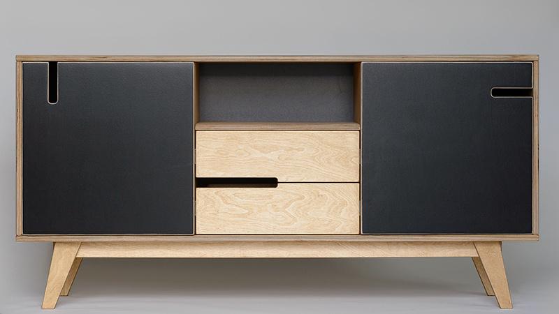Nízka skrinka Huh, olejovaná brezová preglejka, vybrané časti natreté čiernou farbou, 72 × 150 × 48 cm, 697,86 €, www.bonami.sk