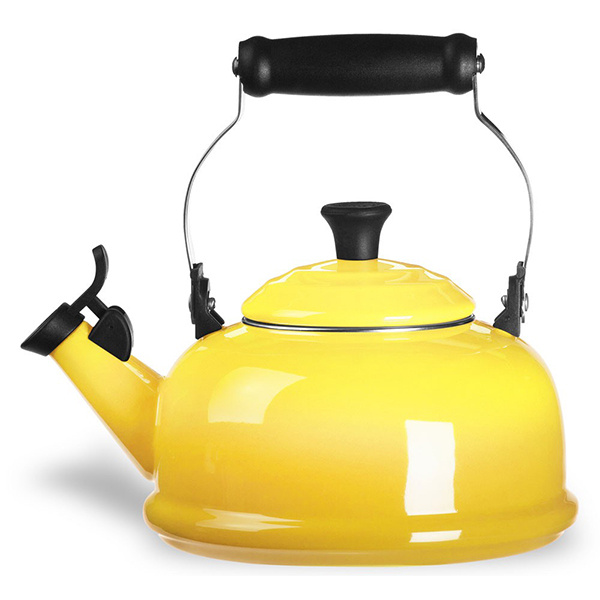 Čajník Le CREUSET, lakovaná oceľ, dostupný v rôznych farbách, priemer 22 cm, 89,95 €, www.bellatavola.sk