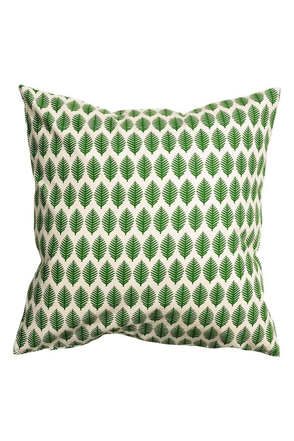 Poťah na vankúš so vzorom lístkov, bavlna, skrytý zips, 50 × 50 cm, 4,99 €, H&M, Eurovea