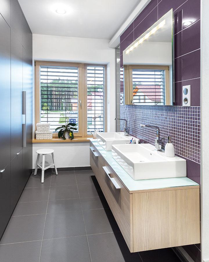Hlavná kúpeľňa svýraznejším fialovým obkladom sa nachádza na poschodí aposkytuje veľkorysý priestor pre dve umývadlá, vaňu asprchový kút. Menšia kúpeľňa so sprchovým kútom sa nachádza aj na prízemí.