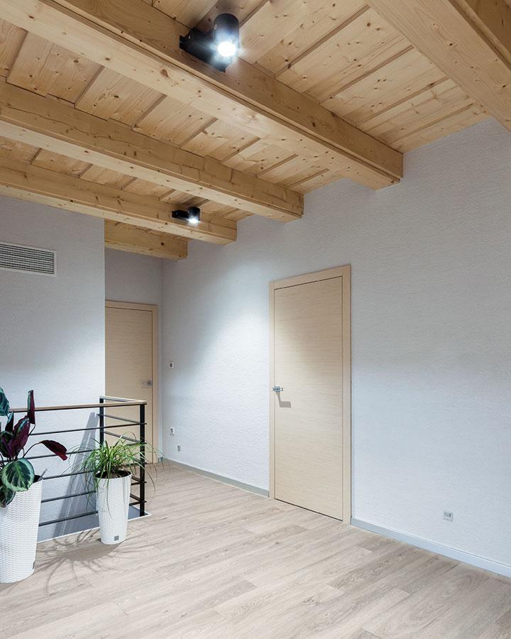 Na schodisku, chodbe na poschodí aj vo vstupných priestoroch je umiestnené energeticky úsporné orientačné osvetlenie, ktoré sa automaticky aktivuje po zotmení aumožňuje pohodlný pohyb bez nutnosti použitia hlavného osvetlenia.