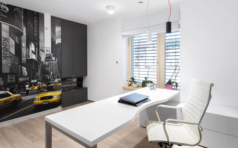 Pracovňa je situovaná na prízemí rodinného domu. Rozľahlý pracovný stôl dopĺňa pohodlná ergonomická stolička. Veľkorozmerná tapeta zachytávajúca ulice New Yorku vnáša vďaka žltej farbe zobrazených taxíkov do priestoru dávku dynamiky.