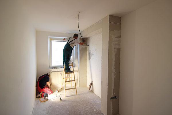 """Desiaty až tridsiaty tretí deň, priebežne sinými prácami. Všetky steny vbyte dostali novú stierku. Aby odstránili každú prípadnú nerovnosť, ktorá by mohla """"vyskočiť"""" po nanesení farby, majstri ich kontrolovali pomocou umelého osvetlenia – správne nasmerovaná lampa vytvorí za každou nerovnosťou tieň, takže neunikla ani jediná. Brúsenie trvalo tri dni askôr, než začali smaľovaním, boli steny dokonale rovné."""