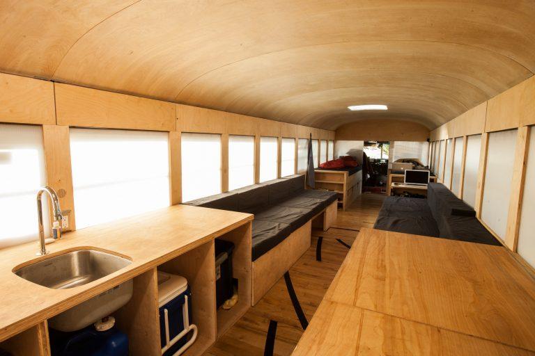 Študent architektúry spravil zo starého autobusu plne obývateľný a moderne zariadený dom