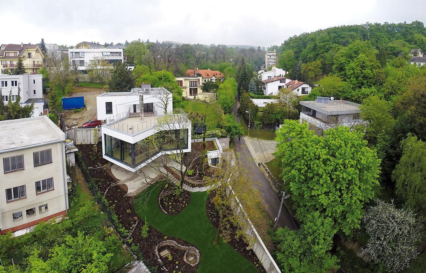 Zasklené plochy dennej časti sa otvárajú výhľadom ponad záhradu, takže majiteľom neuberajú zpocitu súkromia.
