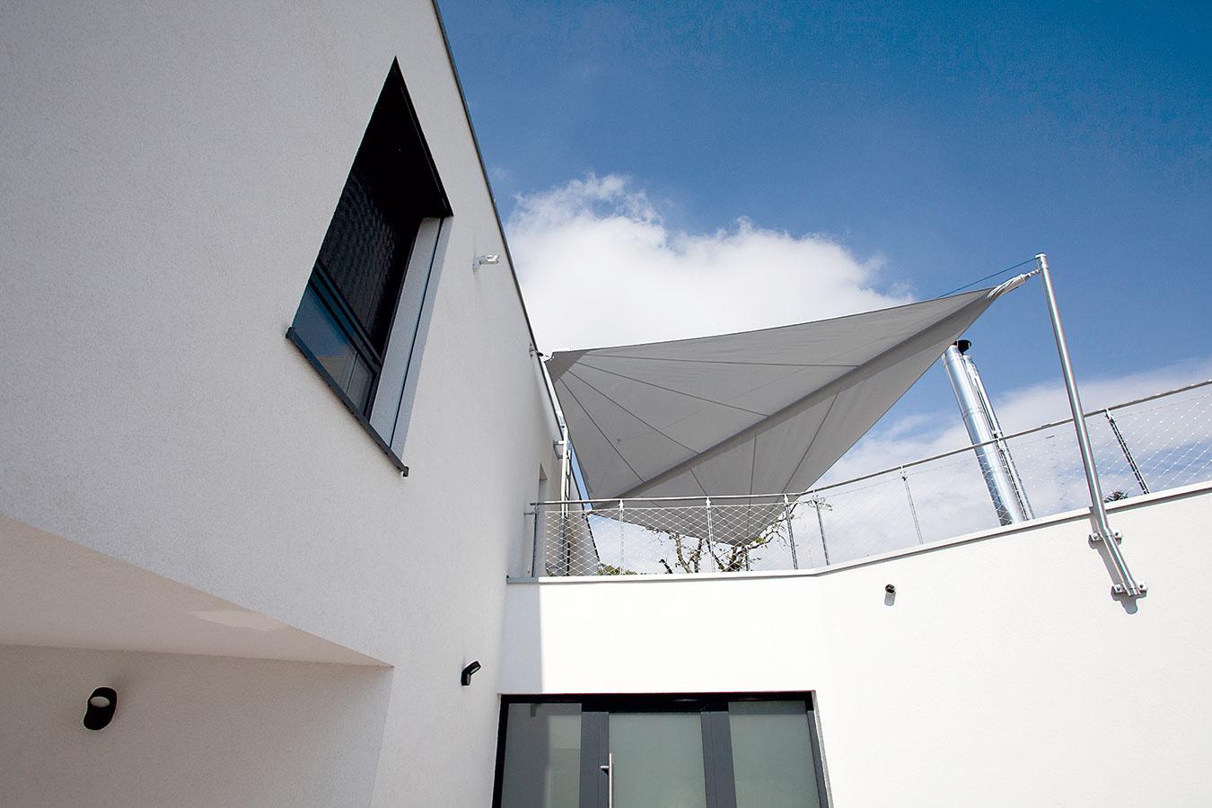 Terasa na najvyššom podlaží poskytuje vďaka orientácii smerom do záhrady výhľady konkurujúce tým zobývacej izby.