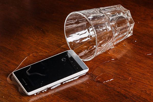 Smartfón si poistíte už aj proti obliatiu pivom