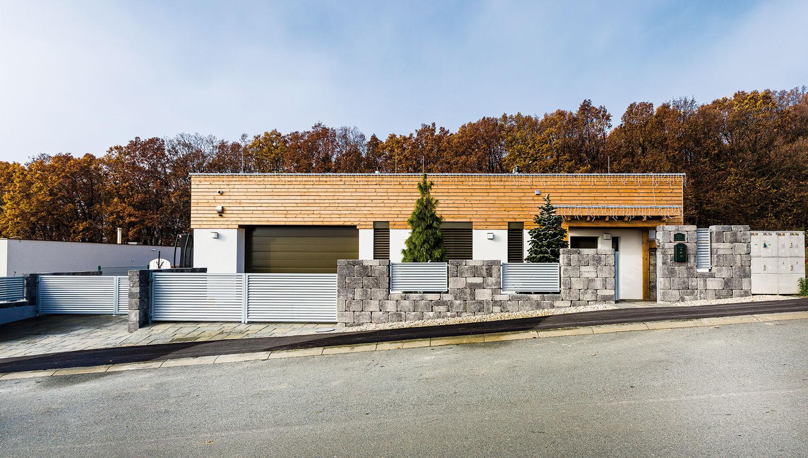 Vkusný minimalistický dizajn domu pôsobí napriek svojej jednoduchosti na pozadí zvažujúcej sa ulice dynamicky.  Obklad ztermodreva zas príjemne korešponduje sneďalekým lesom.