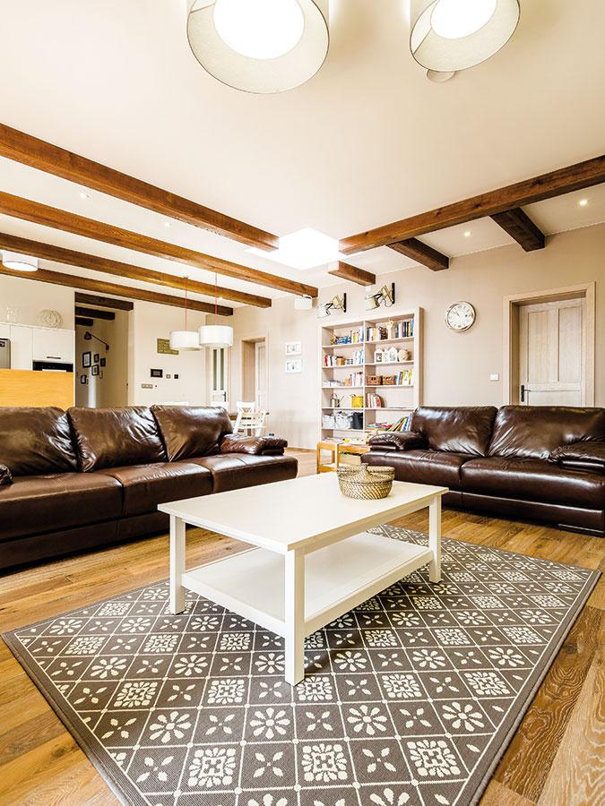 Drevo ako hlavný materiál zvolili majitelia aj vinteriéri. Dubová podlaha anatmavo morené trámy vytvárajú vpriestore zaujímavé kontrasty.