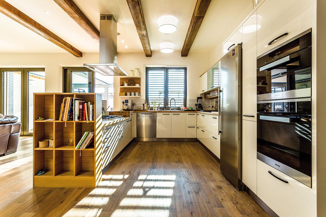 Neutrálne farby majitelia zachovali aj pri zariaďovaní kuchyne. Vďaka tomu prirodzene zapadla do jedného priestoru sobývacou izbou.
