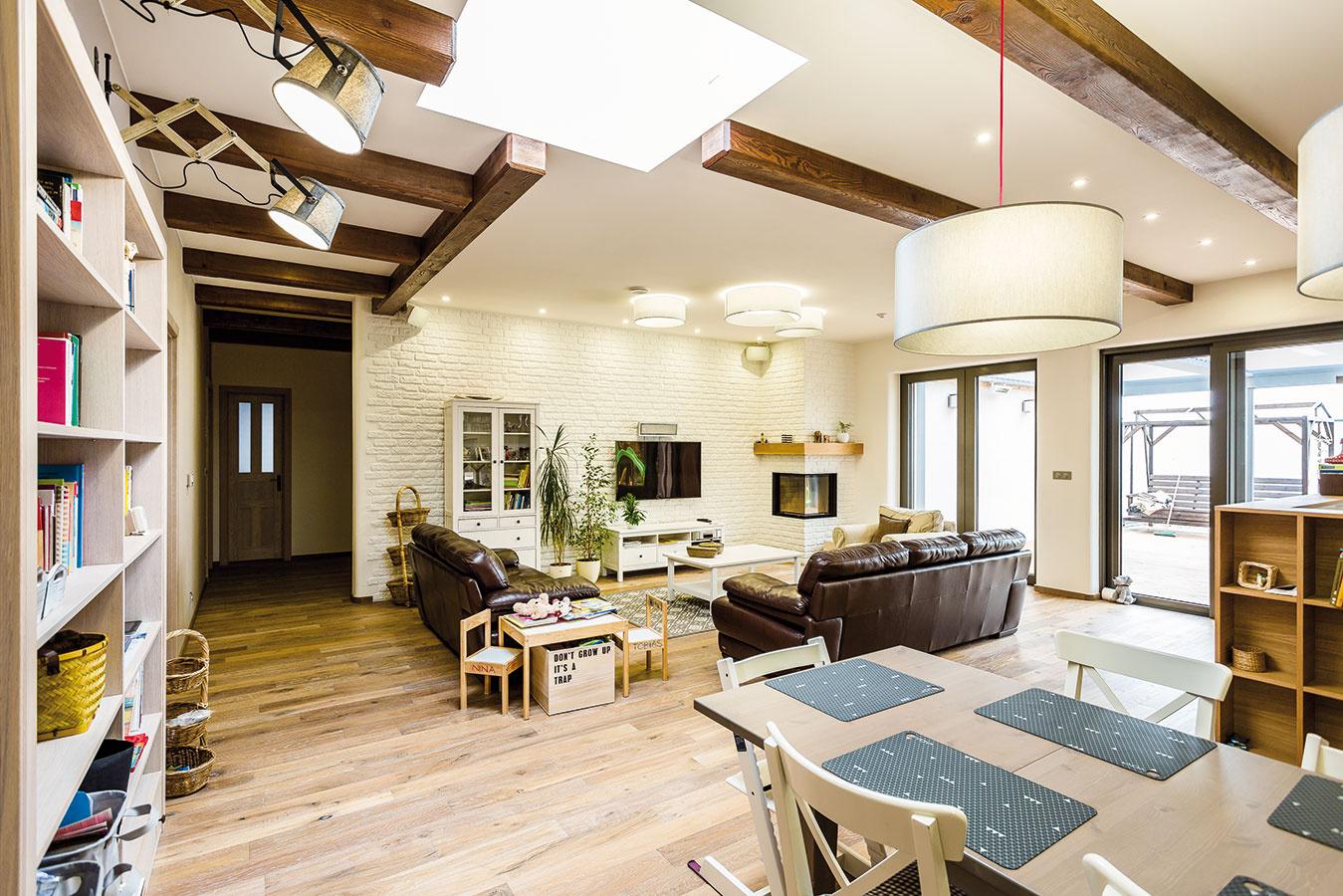 Priestranná obývacia izba aj napriek presklenej stene uvítala dodatočné presvetlenie vmiestach hlboko vdispozícii. Svetlíky srozmerom 1 200 x 1 200 mm presvetlia priestor efektívnejšie ako okná rovnakých rozmerov.