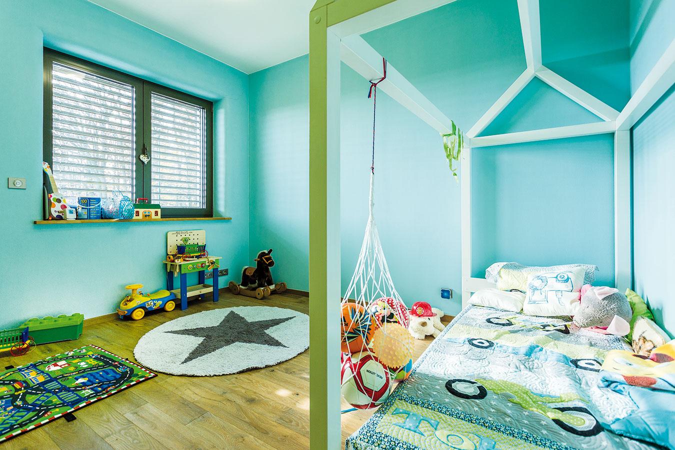 Detské izby sú zariadené prakticky, ale aj hravo. Modrá patrí chlapcovi, dievčenská má steny nafarbené naružovo.