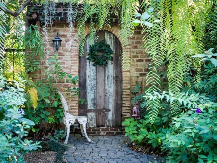 Pre pravú anglickú záhradu je typická bujná a často aj exotická zeleň. Je to dôsledok koloniálnej éry, počas ktorej si Angličania priviezli z ciest aj mnohé exotické rastliny, ktorým sa vďaka prijateľnému počasiu darí dodnes.