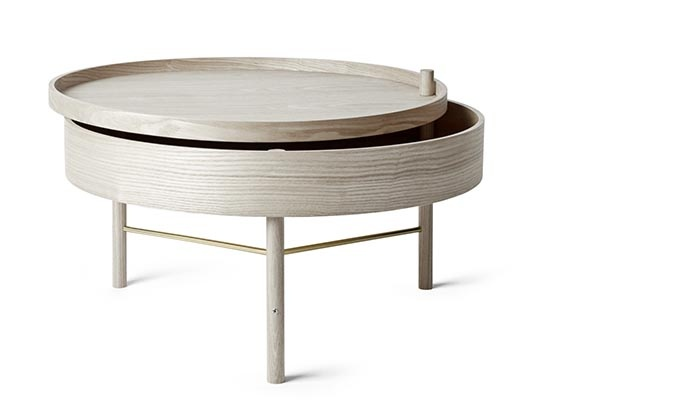 Konferenčný stolík Menu Turning table, bielené dubové drevo, priemer 65 cm, výška 36 cm, 429,90 €, www.finnishdesignshop.com