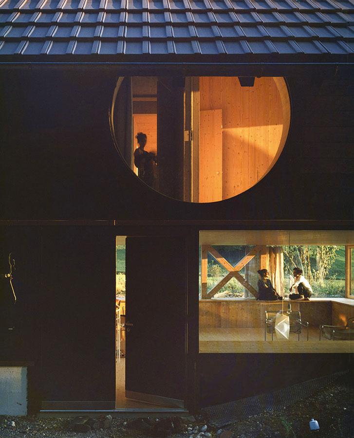 Tradičné drevo je vdome využité súčasným spôsobom amá podiel aj na pôsobivosti originálne koncipovaných vnútorných priestorov.