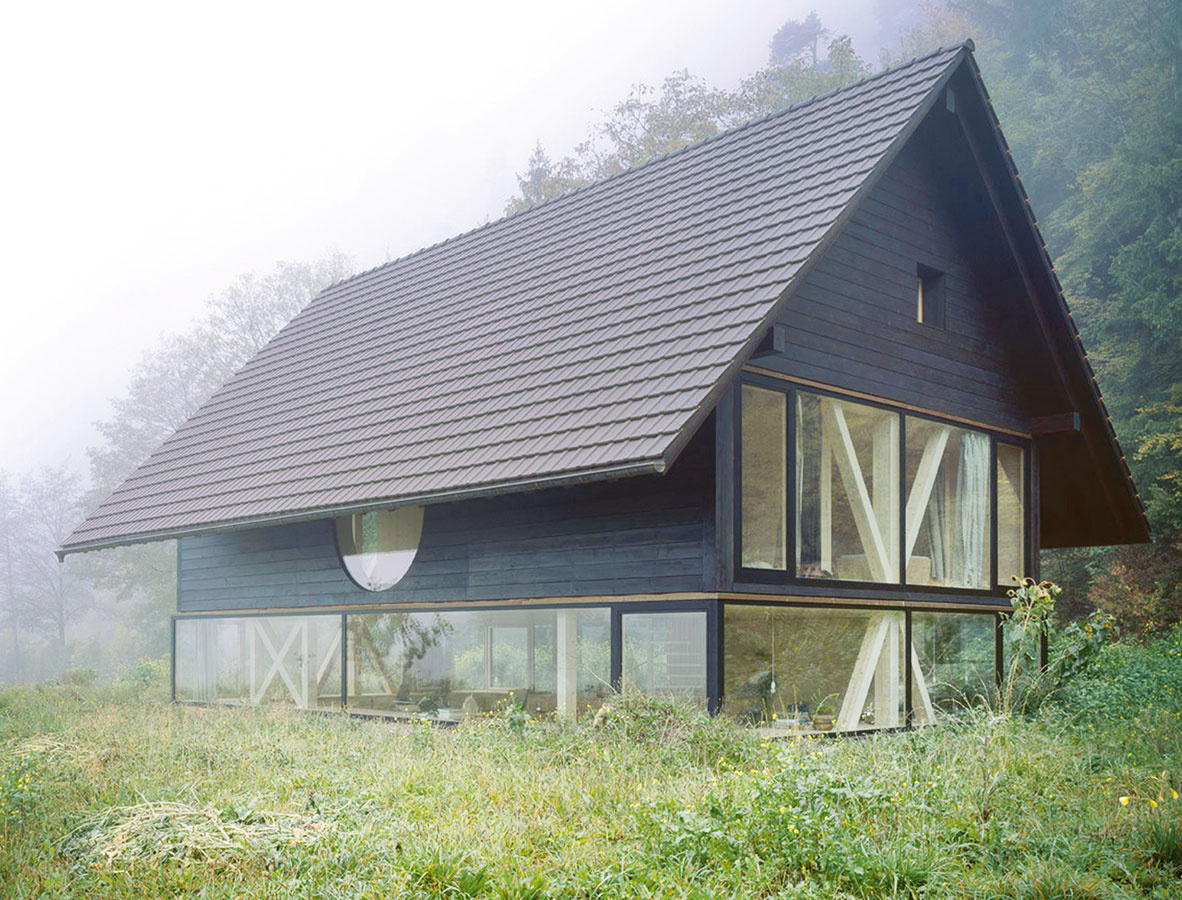 Silný vzťah kokoliu vyjadruje stavba už na prvý pohľad svojou jednoduchou formou aprírodným stavebným materiálom.
