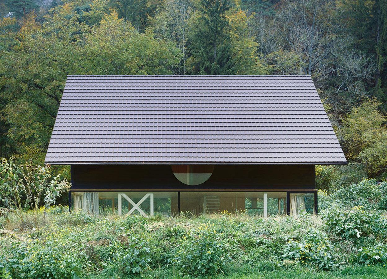 Dom vkrajine. Vonkajší vzhľad domu vychádza zjednoduchého tvaroslovia tradičných poľnohospodárskych usadlostí vokolí. Optimálnu odpoveď na otázky konštrukcie, ekonomickosti aj vzhľadu ponúkol moderný stavebný materiál – panely zkrížom vrstveného dreva (CLT).