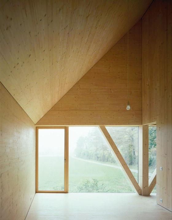 Na poschodí sú dva typy okien: vysoké, ktoré zaberajú celú šírku štítových stien aotvárajú ďaleké výhľady cez lúky, avsusednej stene kruhové. Každé zokien prislúcha dvom susedným miestnostiam amôže (alebo nemusí) byť rozdelené posuvnými dverami.