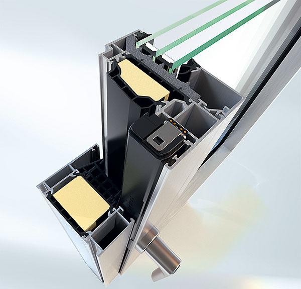 Diaľkové ovládanie zabudované do systému kovania Schüco TipTronic dopĺňa okenný systém Schüco AWS aumožňuje elektronickú kontrolu otvorenia azatvorenia okien, prirodzené aautomatické vetranie, ako aj motoricky riadené slnečné tienenie aochranu pred oslnením. Systém TipTronic je možné obsluhovať tlačidlom, prostredníctvom počítača, tabletu, telefónu alebo senzorov (čidla).