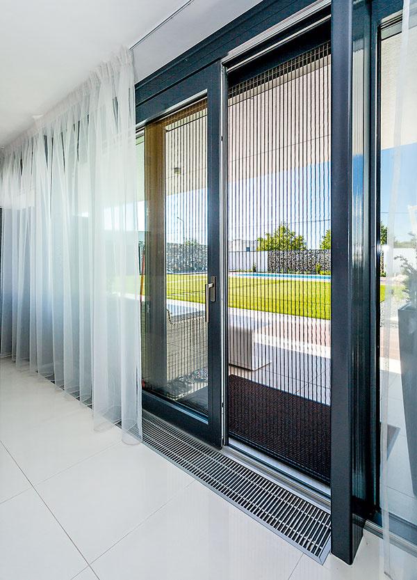 Drevohliníkové paralelne posuvné steny Mirador umožňujú realizovať veľkorysé presklené plochy až do výšky stropnej konštrukcie a šírky 19 metrov. Maximálna šírka jednej časti môže byť 5 metrov bez použitia predeľovacej priečky. Vďaka svojim tepelnoizolačným vlastnostiam sú vhodné do pasívnych domov (profil MIRADOR PASIV Uw