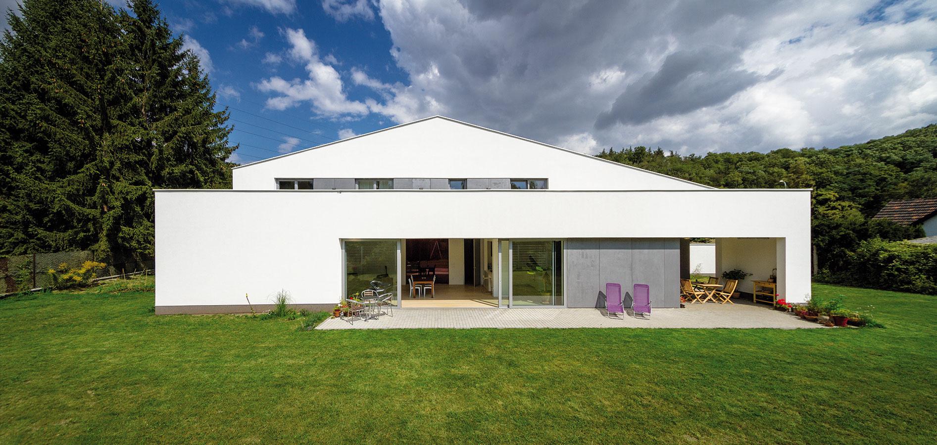 Konštrukciu domu tvorí železobetón atehlové murivo. Strecha skonštrukciou zOSB dosiek pokrytých izoláciou má finálnu krytinu zPVC.