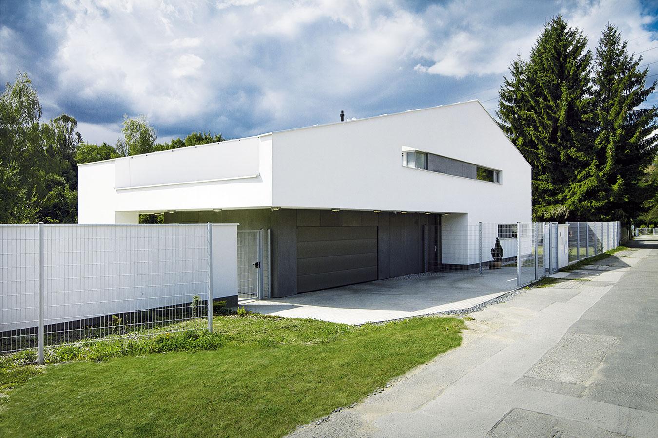 Pôsobivá interpretácia. Architekti vytvorili šikovný apôsobivý kompromis medzi želaním majiteľa, ktorý túžil po modernom dome splochou strechou, apožiadavkou úradov, ktoré trvali na sedlovom ukončení stavby.