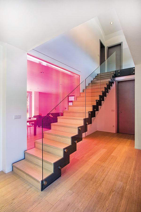 Schodisko bolo vytvorené podľa návrhu ateliéru 4a architekti. Vedie na poschodie sgalériou atroma spálňami, zktorých každá má prístup na južne orientovanú terasu.