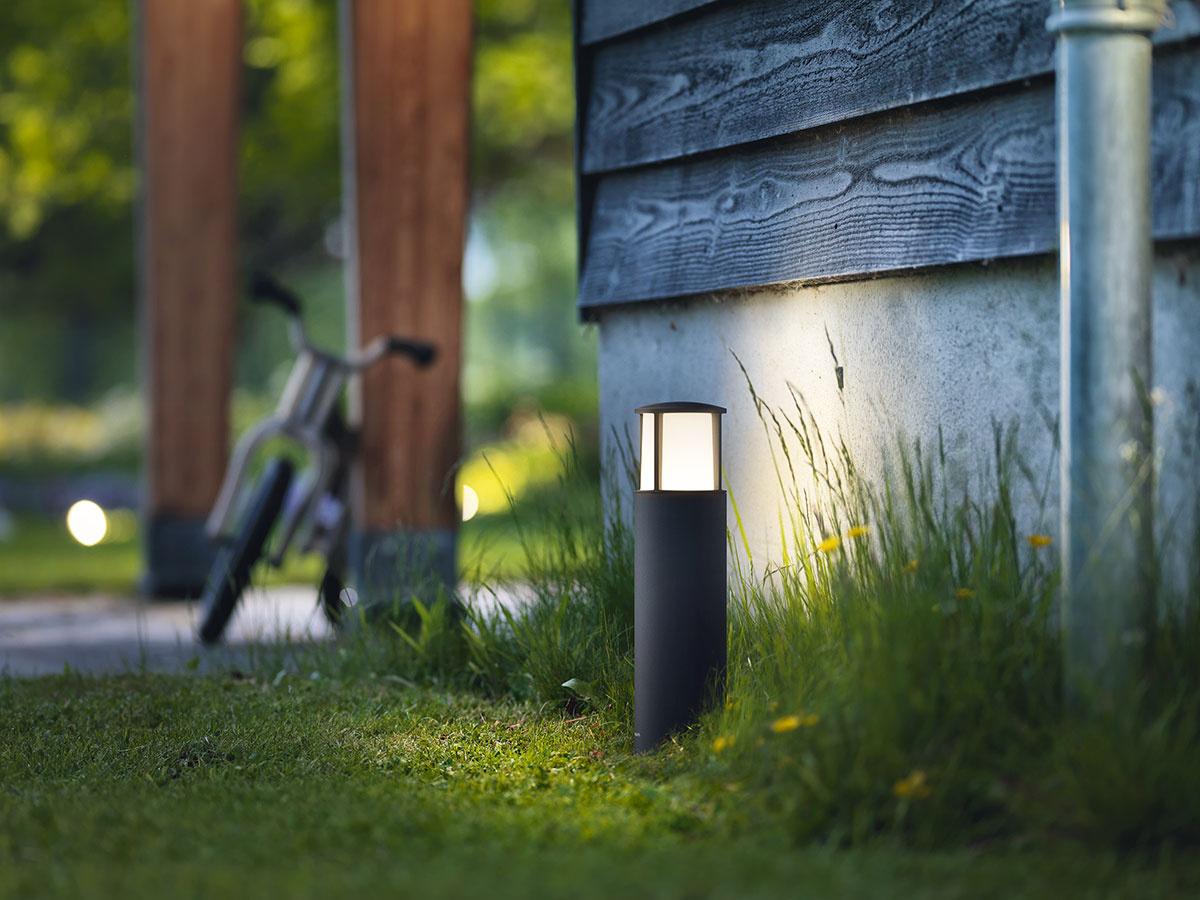 Stĺpikové exteriérové LED svietidlo Stock od značky Philips sa vyznačuje moderným dizajnom a vďaka IP 44 aj vysokou odolnosťou proti poveternostným vplyvom. Vyrába sa z hliníka a dostupné je v antracitovej farebnosti. Životnosť svietidla je až 25 rokov.