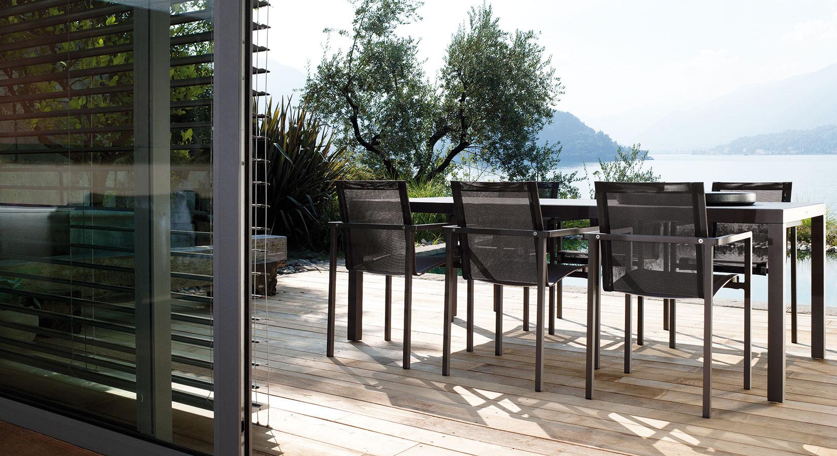 Stoličky zkolekcie Natal Alu zdielne značky Tribù charakterizuje spojenie hranatého rámu azaoblených sedadiel. Hliníková konštrukcia asedadlá vyhotovené zlátky Batyline odolajú nepriaznivým poveternostným vplyvom, sú nenáročné na údržbu arecyklovateľné. (Predáva Elmina, Light Park)