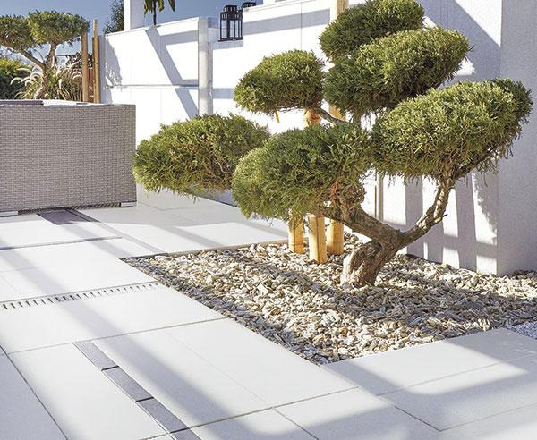 Elegantné betónové platne Asti Natura od spoločnosti Semmelrock srozmermi 30 × 60 cm sa vďaka svojej sivej farebnosti postarajú ojednotný anerušivý vzhľad vašej terasy, chodníkov izimných záhrad. Vponuke nájdete tri rôzne odtiene, ktoré možno ľubovoľne kombinovať avytvoriť tak zaujímavé motívy.
